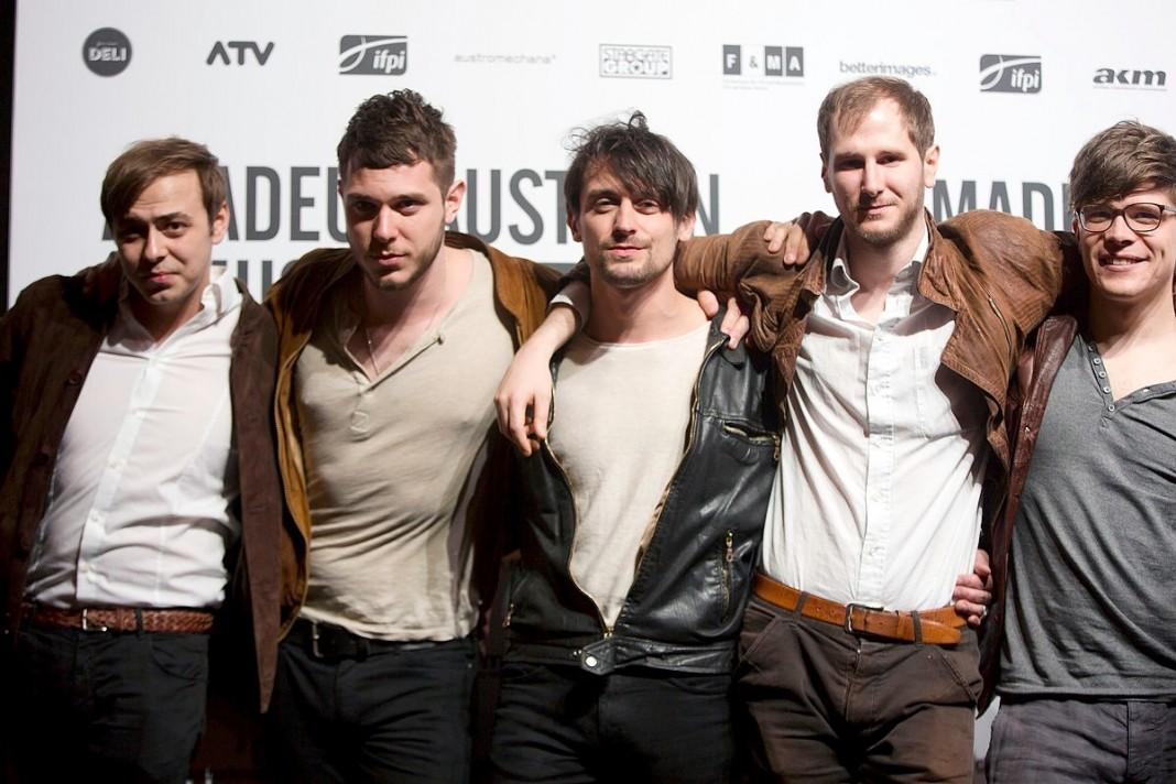 ワンダのメンバー達。右から2番目がフロントマンのワンダ; 出典: |Wikipedia|https://de.wikipedia.org/wiki/Wanda_(Band)#/media/File:Wanda_Amadeus_Austrian_Music_Awards_2015.jpg