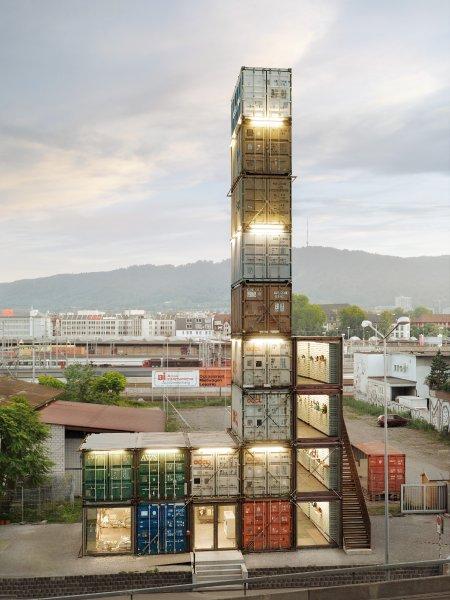 2006年にチューリッヒにオープンしたフラッグシップストア。19個の古い貨物コンテナからできている
