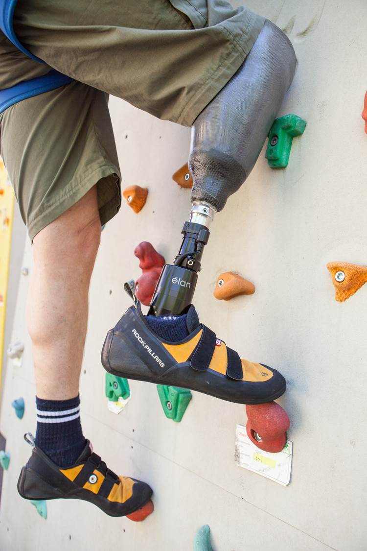 Kletterwand mit Prothese